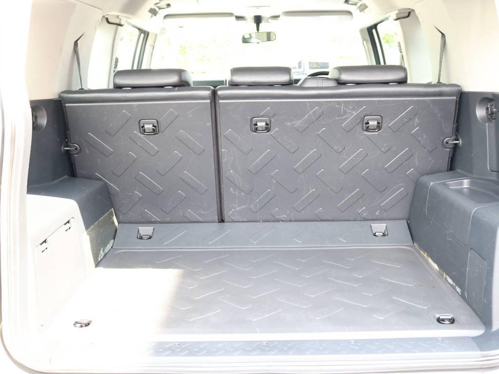 使い勝手の良いラゲッジルーム!全面フロア&デッキ防水カーペットがラバー調素材で掃除も楽々! | トヨタ FJクルーザー 4.0 4WD 新品20インチAW SDナビ