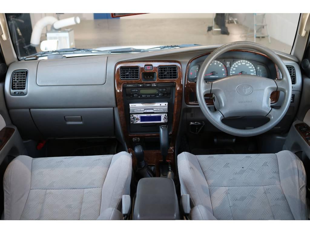 広々したインパネに大きなFガラスで運転視界もグッド! | トヨタ ハイラックスサーフ 2.7 SSR-X 4WD LEDテール