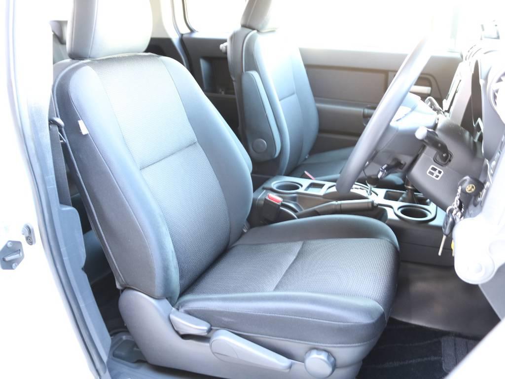 焦げ穴や大きなへたりも無く運転席の状態も良好です!撥水仕様のファブリックシートでアクティブに使えます! | トヨタ FJクルーザー 4.0 4WD 2インチUP 4本出しマフラー