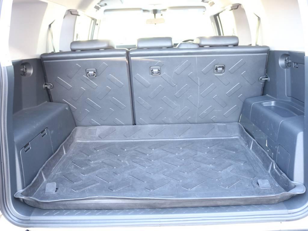 使い勝手の良いラゲッジルーム!全面フロア&デッキ防水カーペットがラバー調素材で掃除も楽々! | トヨタ FJクルーザー 4.0 4WD 2インチUP 4本出しマフラー
