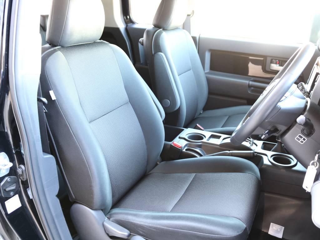 焦げ穴や大きなへたりも無く運転席の状態も良好です!撥水仕様のファブリックシートでアクティブに使えます! | トヨタ FJクルーザー 4.0 ブラックカラーパッケージ 4WD SDナビ 純正ルーフラック