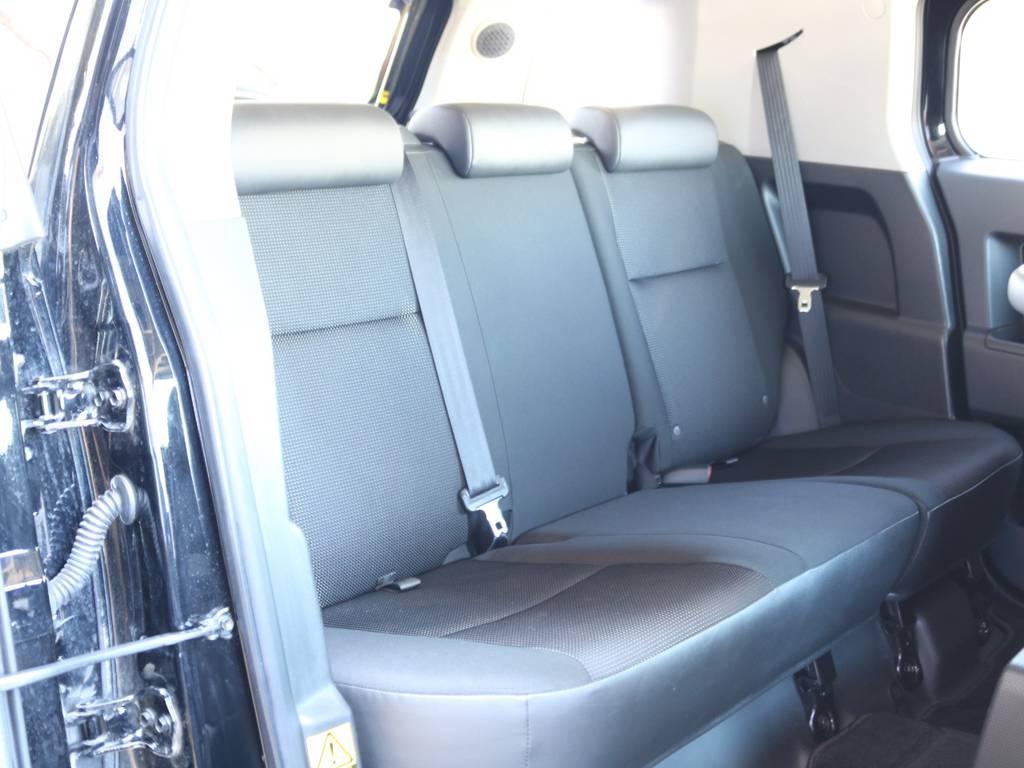 セカンドシートももちろん撥水ファブリックシート!チャイルドシートもシートベルト固定はもちろんのことISOFIXにも対応! | トヨタ FJクルーザー 4.0 ブラックカラーパッケージ 4WD SDナビ 純正ルーフラック