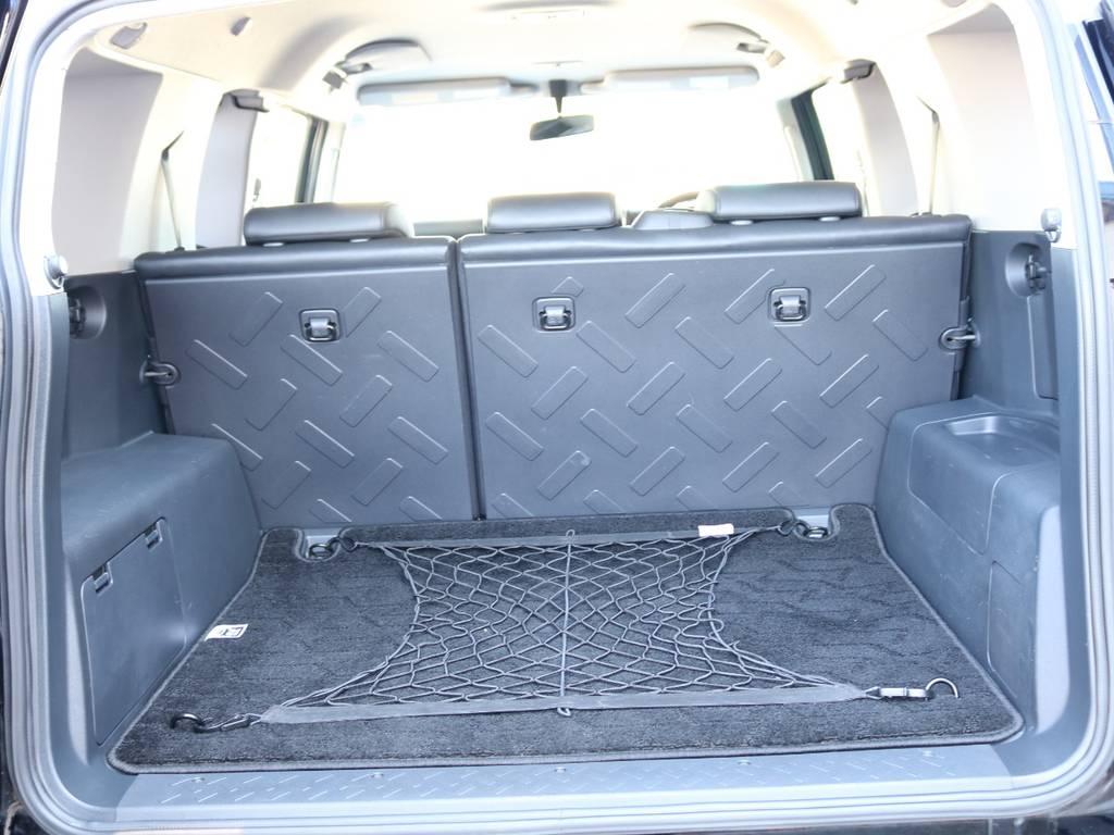 使い勝手の良いラゲッジルーム!全面フロア&デッキ防水カーペットがラバー調素材で掃除も楽々! | トヨタ FJクルーザー 4.0 ブラックカラーパッケージ 4WD SDナビ 純正ルーフラック