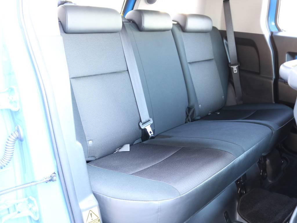 セカンドシートももちろん撥水ファブリックシート!チャイルドシートもシートベルト固定はもちろんのことISOFIXにも対応! | トヨタ FJクルーザー 4.0 カラーパッケージ 4WD 2インチUP HDDナビ バックカメラ