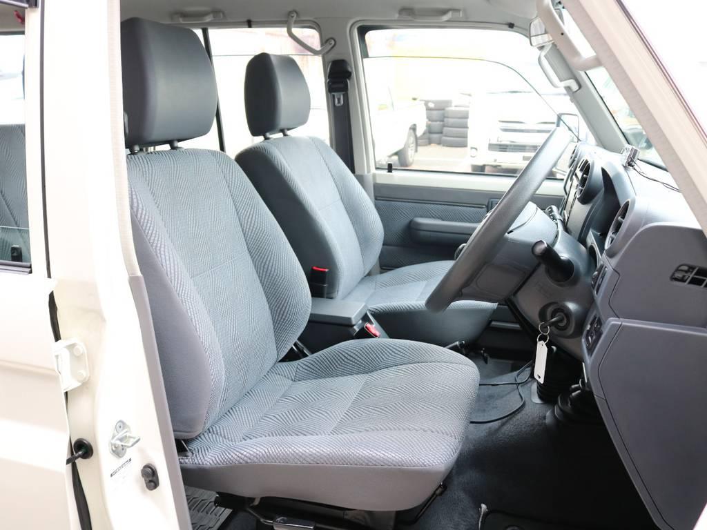 柔らかめなファブリックシート!座り心地もグッド!シートカバーも多種取り扱いございますのでご相談ください。 | トヨタ ランドクルーザー70 4.0 4WD オプションデフロック SDナビ
