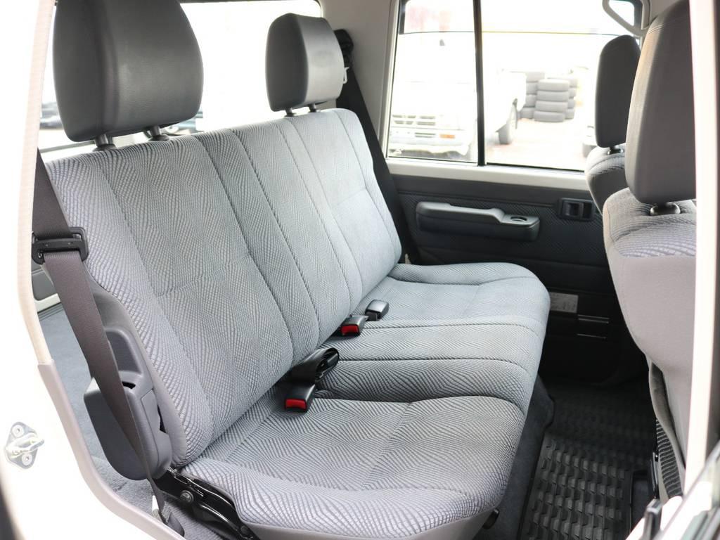 広々したセカンドシート!チャイルドシートも装着可能です! | トヨタ ランドクルーザー70 4.0 4WD オプションデフロック SDナビ