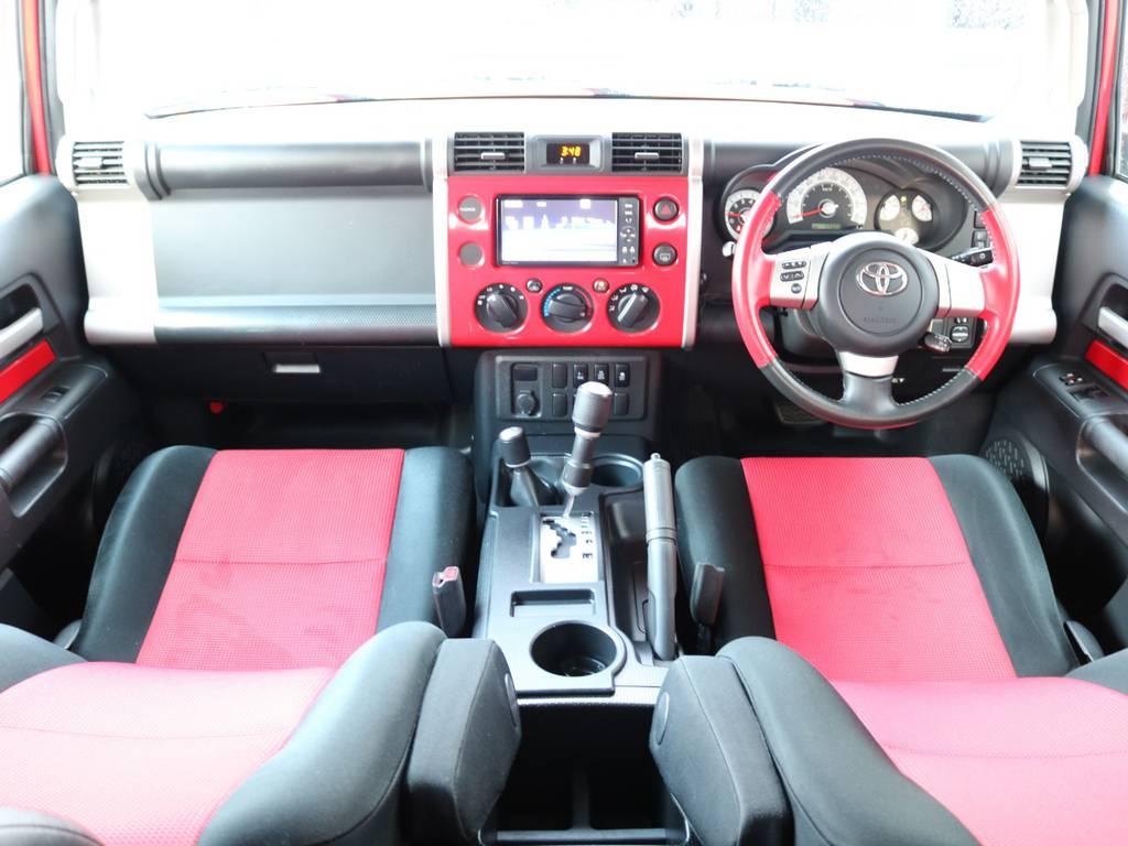 おしゃれなインパネ廻りで人気があるFJクルーザー!ボディカラーと同一色でおしゃれです! | トヨタ FJクルーザー 4.0 レッドカラーパッケージ 4WD 2インチUP SDナビ
