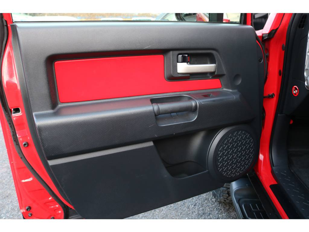 カラーパッケージベースですのでドアパネルも同色! | トヨタ FJクルーザー 4.0 レッドカラーパッケージ 4WD 2インチUP SDナビ