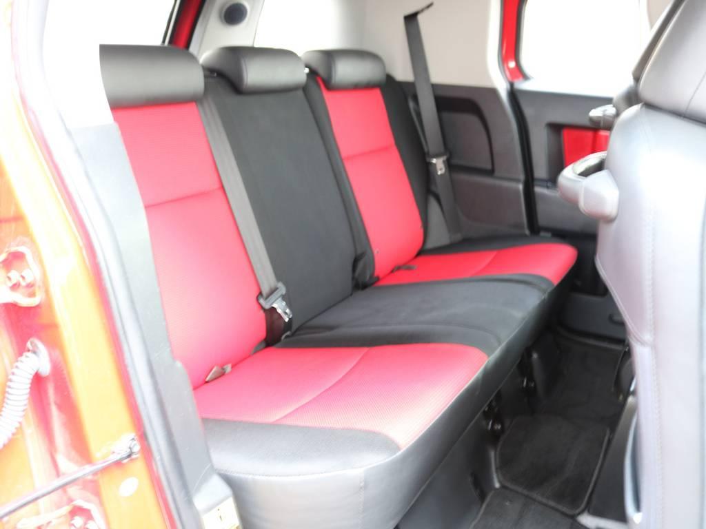 セカンドシートももちろん撥水ファブリックシート!チャイルドシートもシートベルト固定はもちろんのことISOFIXにも対応! | トヨタ FJクルーザー 4.0 レッドカラーパッケージ 4WD 2インチUP SDナビ