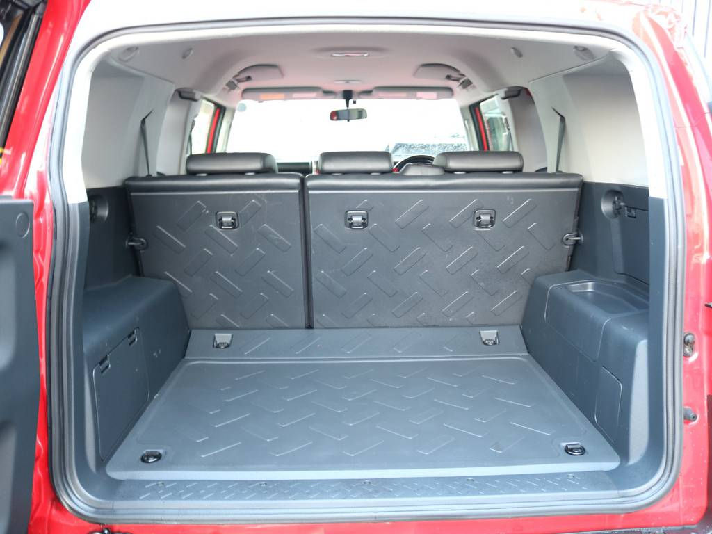 使い勝手の良いラゲッジルーム!全面フロア&デッキ防水カーペットがラバー調素材で掃除も楽々! | トヨタ FJクルーザー 4.0 レッドカラーパッケージ 4WD 2インチUP SDナビ