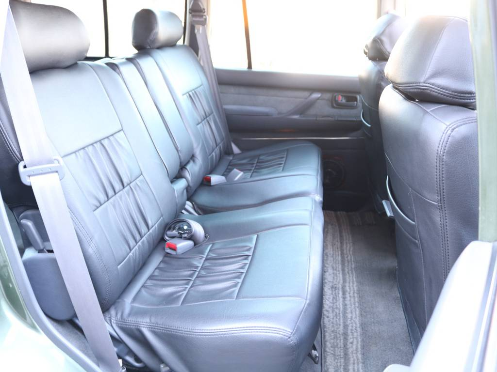 後部座席は大人がくつろげるスペースがあり後ろの方も快適です☆