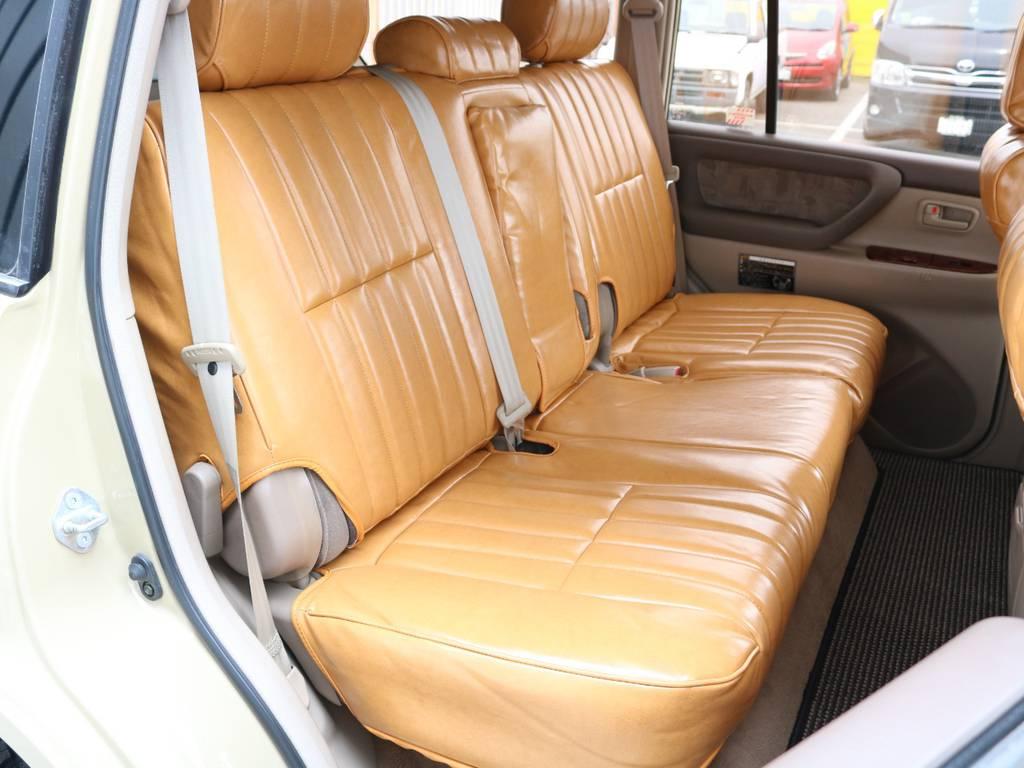 後部座席は広々で大人がゆったりくつろげるスペースが御座います☆ | トヨタ ランドクルーザー100 4.2 VXリミテッド Gセレクション ディーゼルターボ 4WD 106 丸目 シートカバー