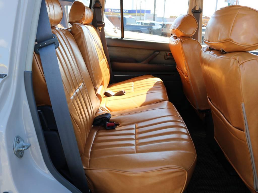 後部座席は広く快適なドライブが可能です☆