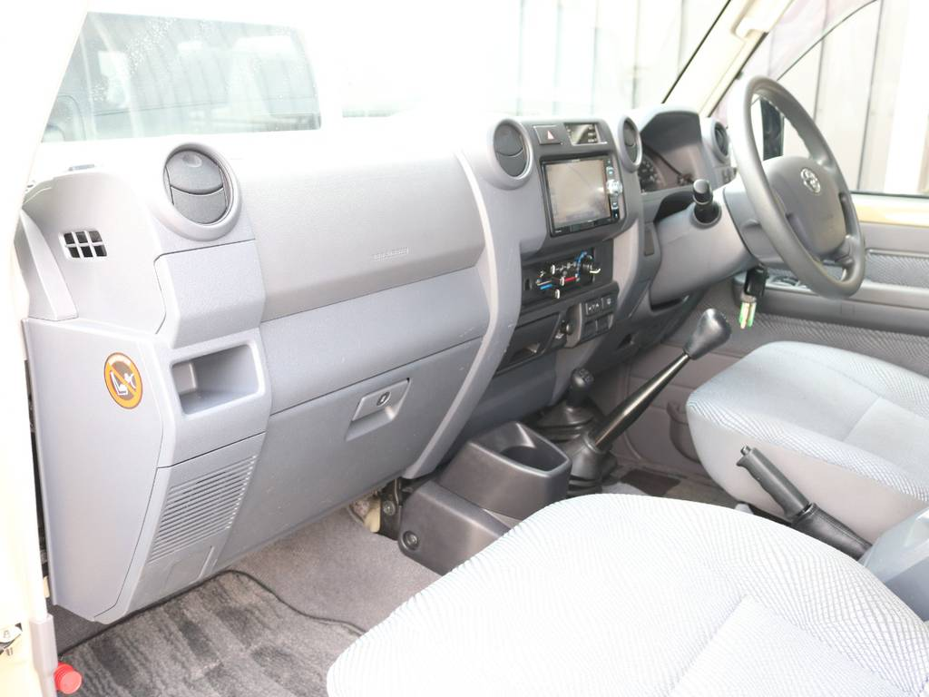 助手席も広々で綺麗な状態です☆ | トヨタ ランドクルーザー70 4.0 4WD オプショングリル SDナビ ETC