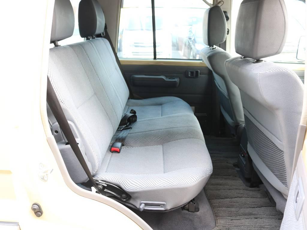後部座席は大人がゆったりくつろげるスペースが御座います☆ | トヨタ ランドクルーザー70 4.0 4WD オプショングリル SDナビ ETC