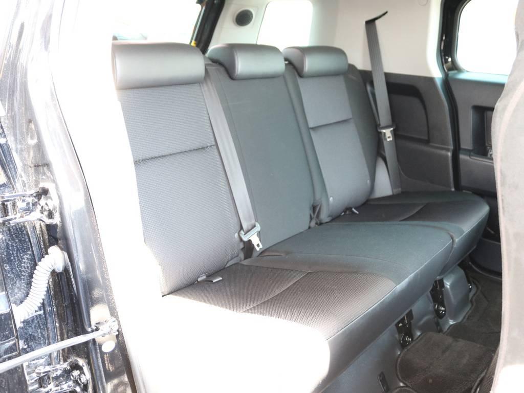 後部座席も綺麗に保たれております☆ | トヨタ FJクルーザー 4.0 4WD SDナビ 純正ルーフラック