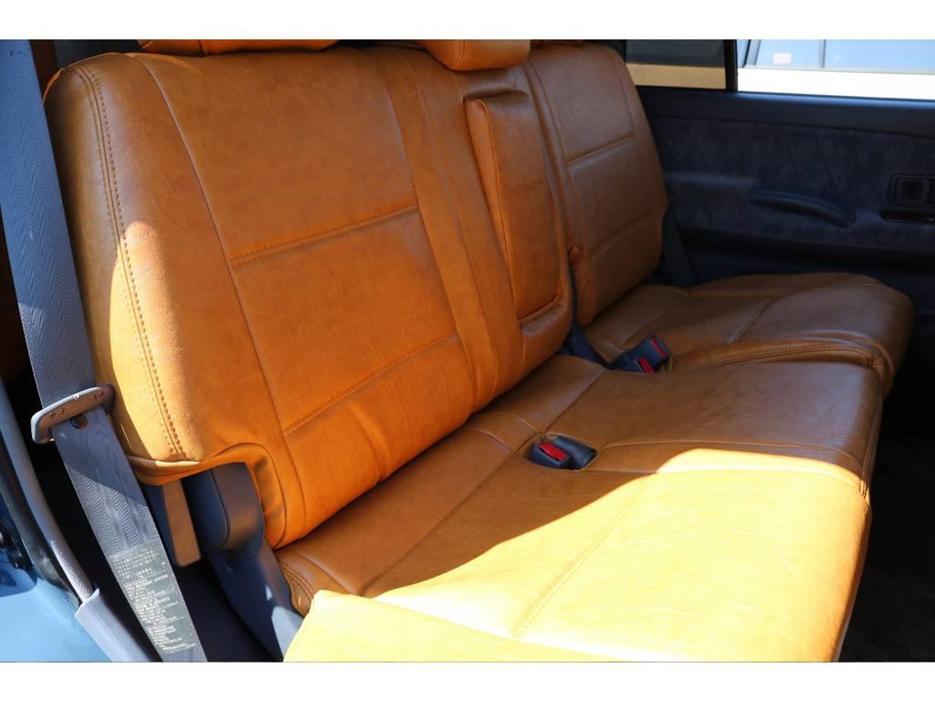 後部座席は大人もゆったりとくつろげるスペースがございます☆   トヨタ ランドクルーザープラド 2.7 TX 4WD ナロー仕様 2インチUP