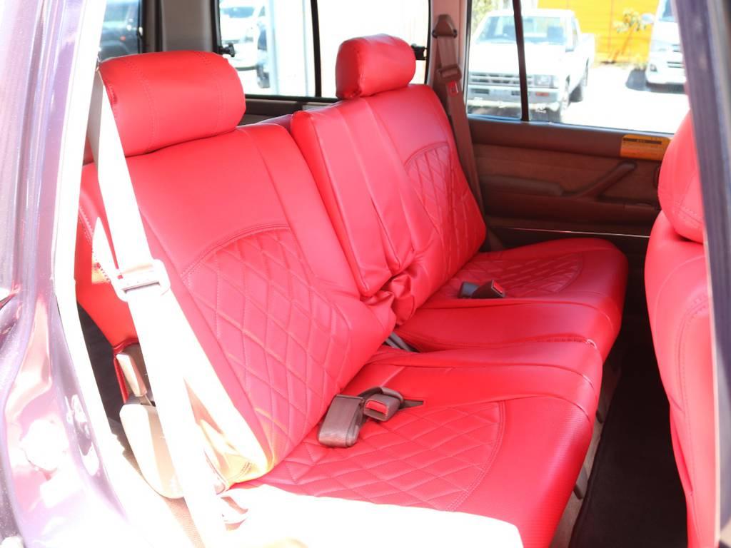 後部座席は大人もくつろげるスペースが御座います☆
