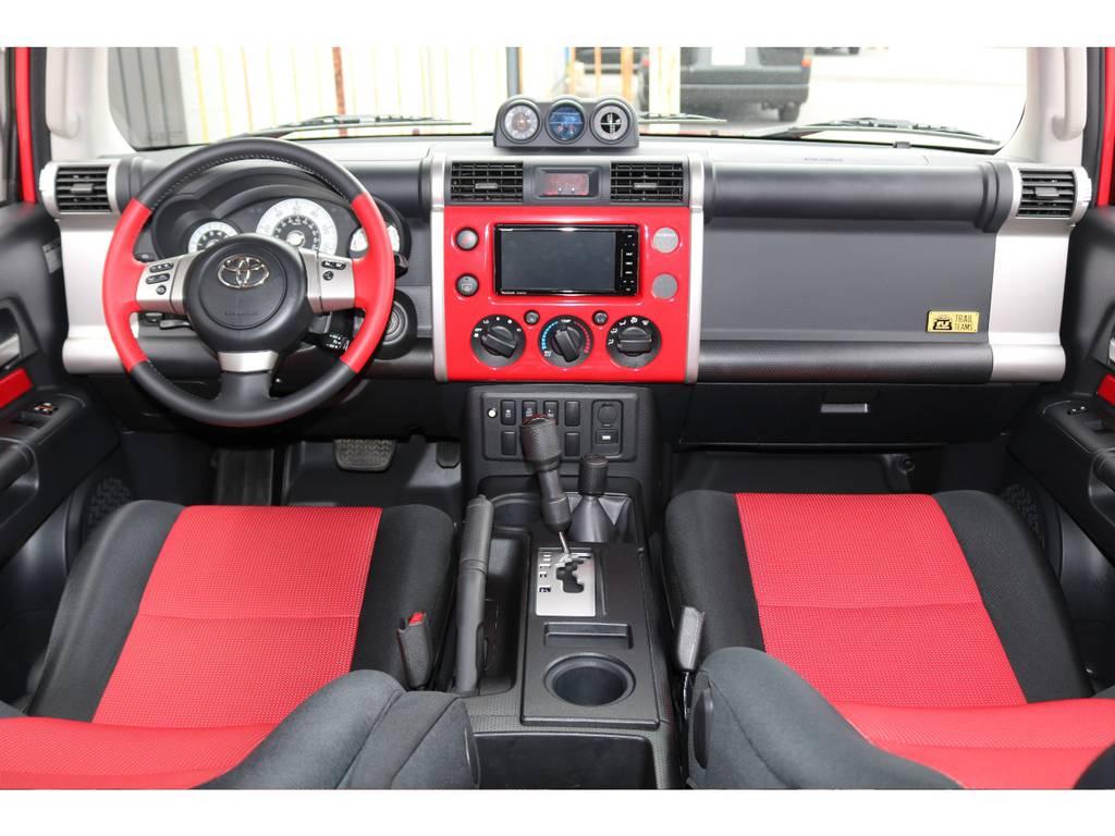 内装は特別仕様車ならではの2トーンシート☆各部パネル類も赤で統一されております☆