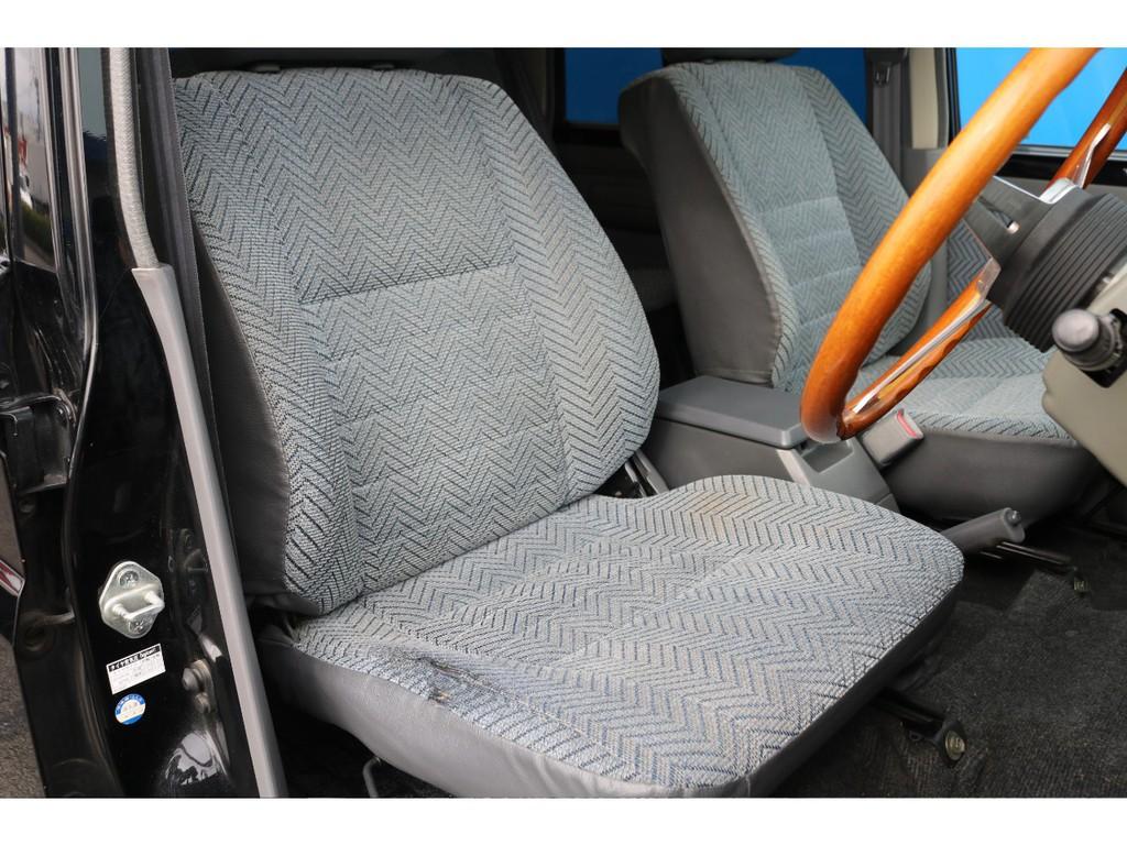 フロントシートですが、若干のスレがございます。1番乗り降りが多い運転席なので仕方が無い部分ではありますが、どうしても気になるという方にはシートカバーのオーダーも承りますので、ご相談ください!