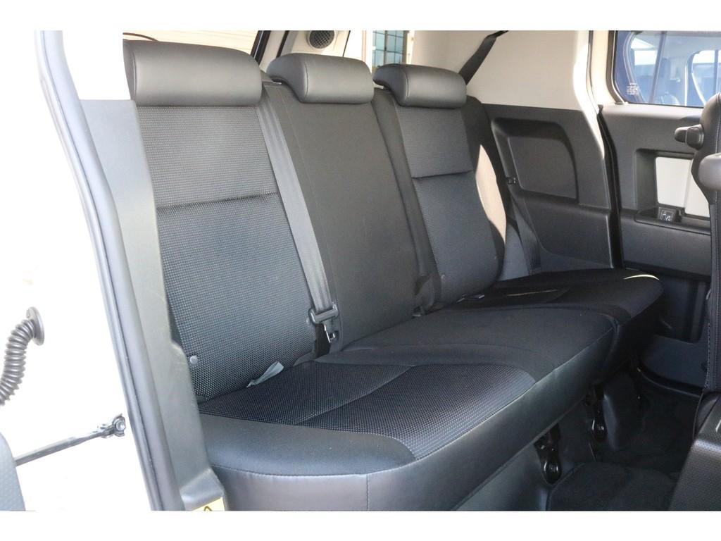 腰深設計のセカンドシート!FJクルーザー独特の室内雰囲気は優越感満載です!