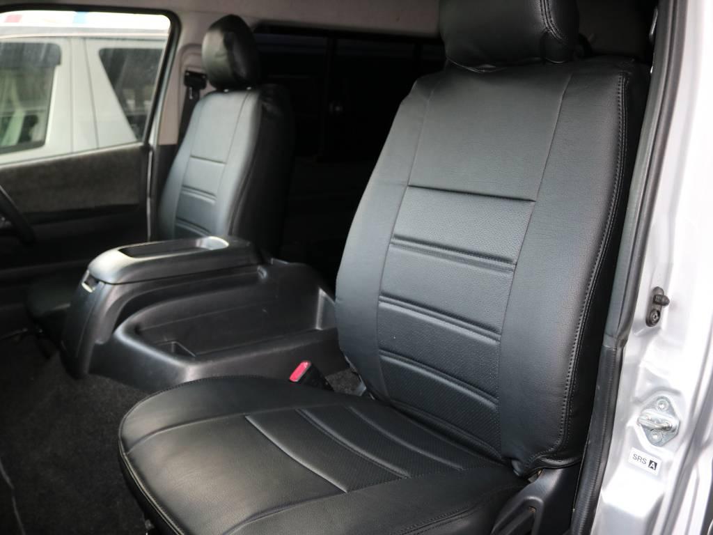 外装シルバーに内装ブラックレザー調シートカバーがマッチします