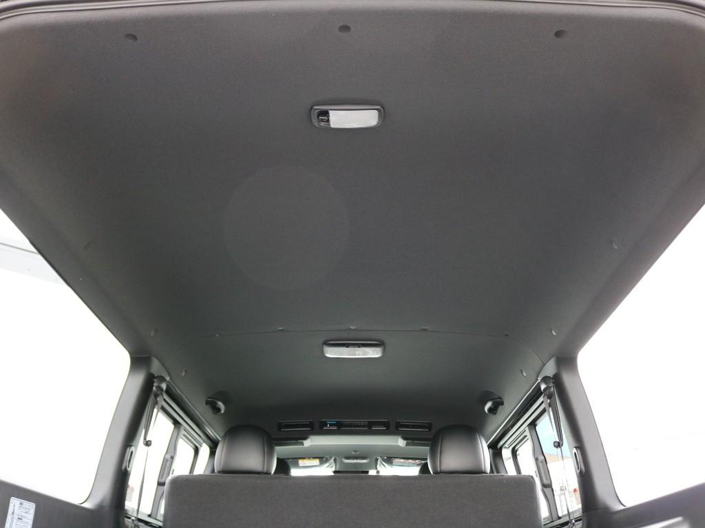 天井やトリム(車内の壁)がダークプライム専用のブラックカラーとなっており、高級感のある内装となっております。