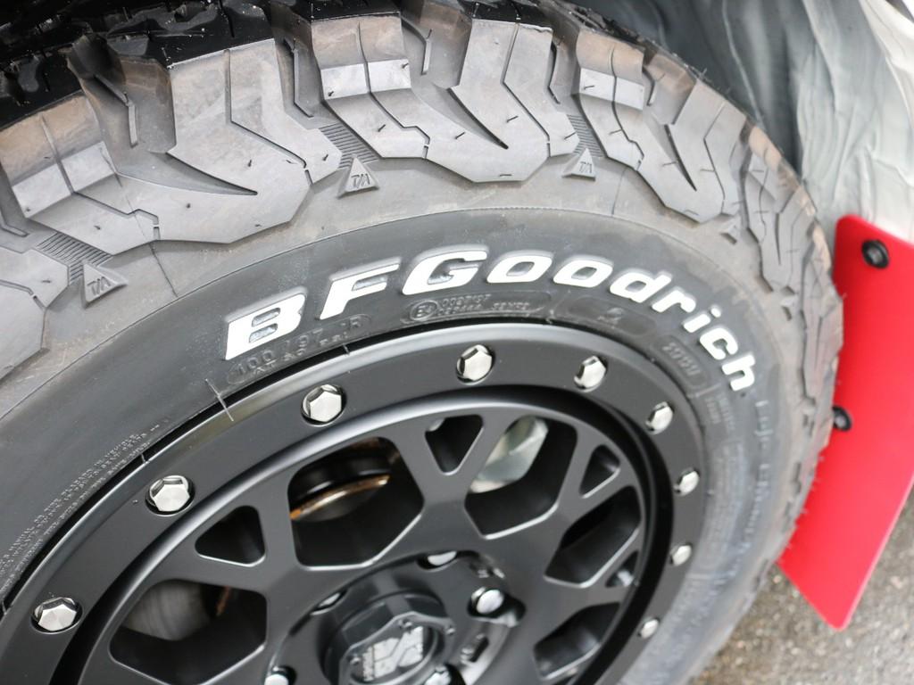 タイヤはグッドリッチを合わせています。通常のハイエースよりも高い走破性が期待できます♪