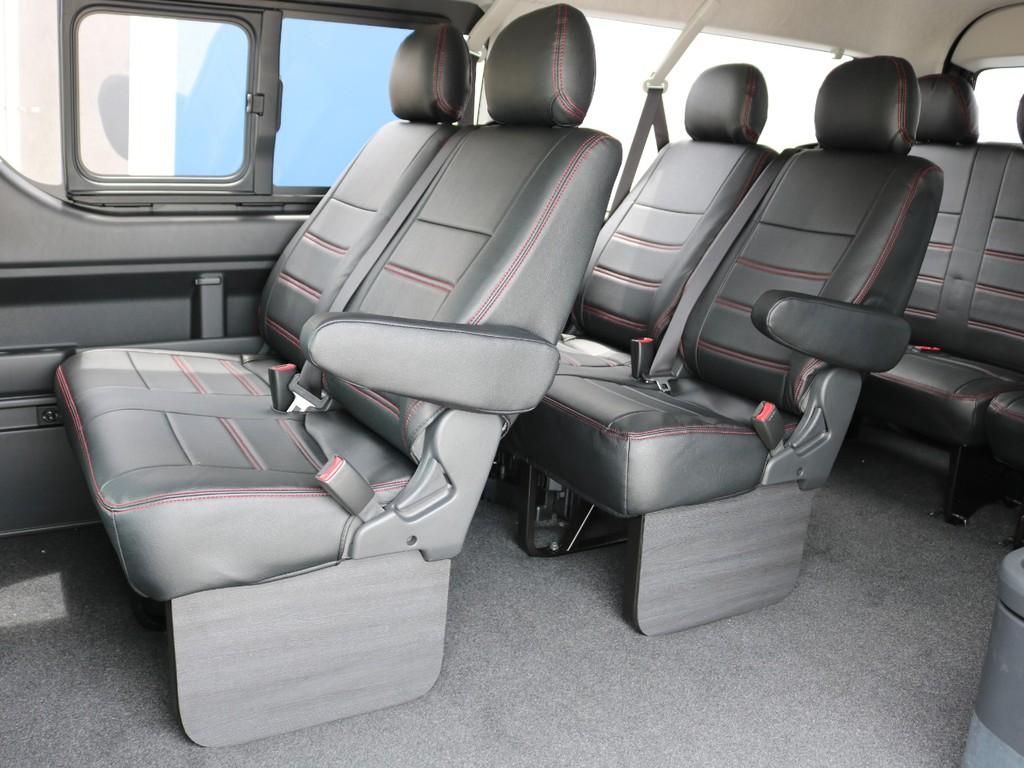 後部座席も全てレザー調シートカバーを装着済み! 足元には木製のサイドパネルを設置して、車内に高級感を演出しています♪