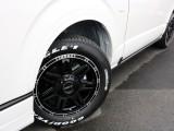 足元にはFLEX Delf04 17AWを装備! タイヤはナスカーホワイトレタータイヤを合わせています!