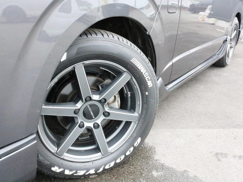 足元には415コブラ SD6_17AWをインストール! タイヤはグッドイヤーナスカーホワイトレタータイヤを合わせてあります!