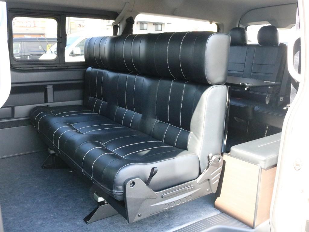 2列目には3人掛けベンチシートが設置されています! ベンチシートでありながら一人ひとりの座り心地を追求した高級感溢れるシートです。このシートはフラットにも後ろ向きにも変化することが出来ます。