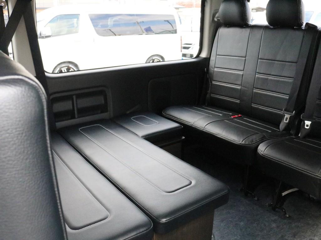 パネルを組み替えることによって、3列目シートのポジションに後ろ向き一人用の座席を確保出来ます。これによって最大10人の搭乗が可能となります。