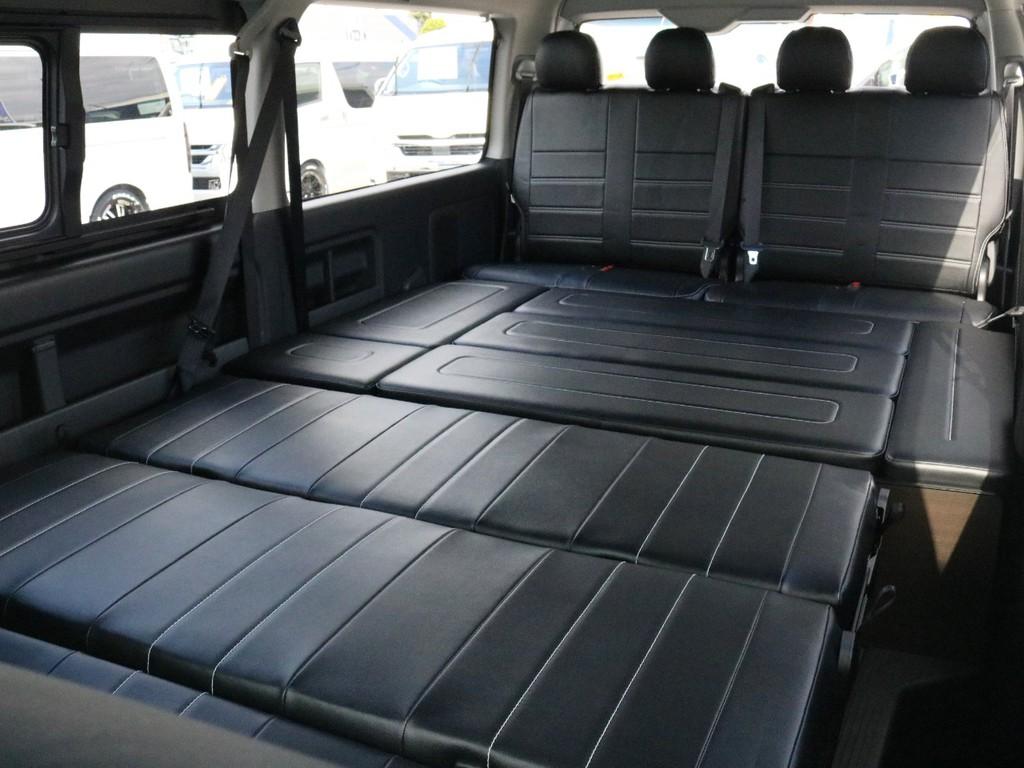 2列目シートをフラットにして、3列目ポジションのパネルを埋めるとリアシート全体がフルフラット状態に変化します! これなら複数人でも車中泊が可能ですね♪