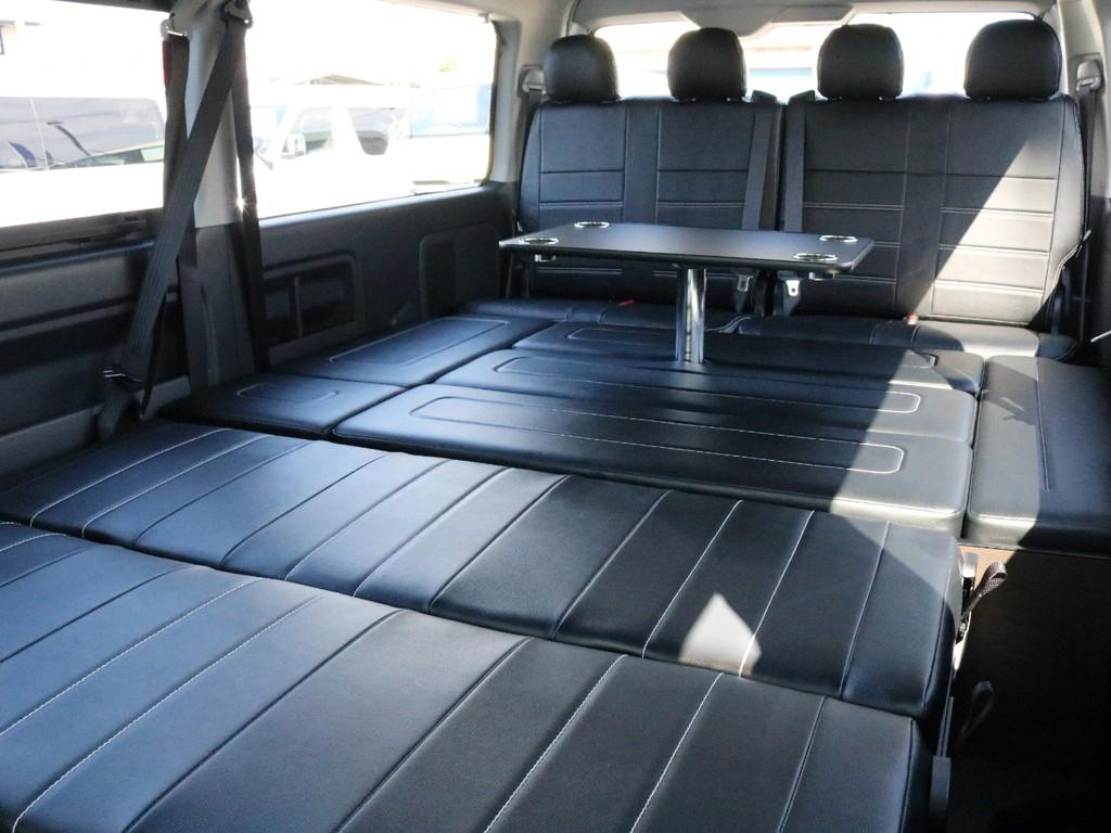 アレンジASはフルフラット状態でもテーブルを設置することが可能です! この車両には後席モニター(フリップダウンモニター)が設置されているので、4列目にもたれかかってシアターとしても楽しめますね♪