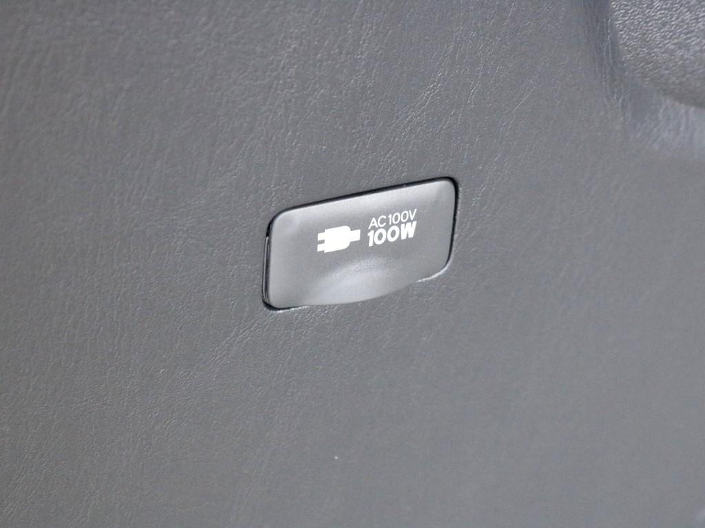 荷室にはあると便利なAC100V電源が設置されています。ちょっとした端末の充電などにご活用頂けます。