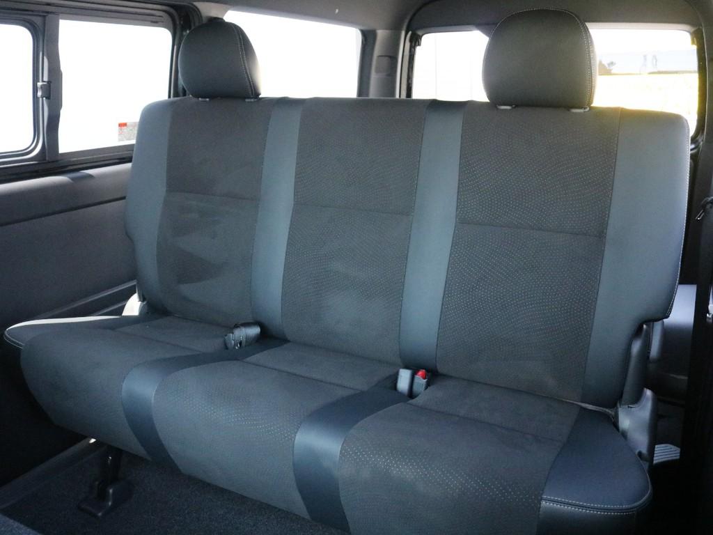 2列目シートもダークプライムⅡ特別仕様車専用のハーフレザーシートになっております。3点式シートベルトなのでチャイルドシートの設置も可能です。