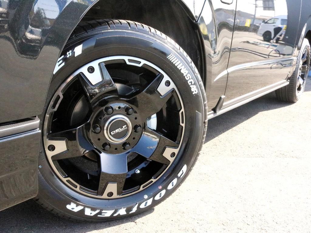 足元にはDelf03 17インチホイールを装着済み! タイヤはナスカーホワイトレタータイヤを合わせています。