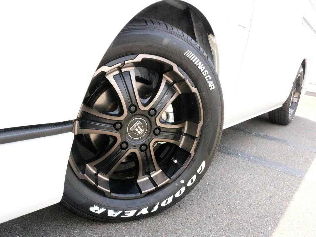 足元にはバルベロディープス17インチホイールを装着済み! ダークプライムのイメージカラーとぴったりです! タイヤは人気のナスカーホワイトレタータイヤを合わせています。