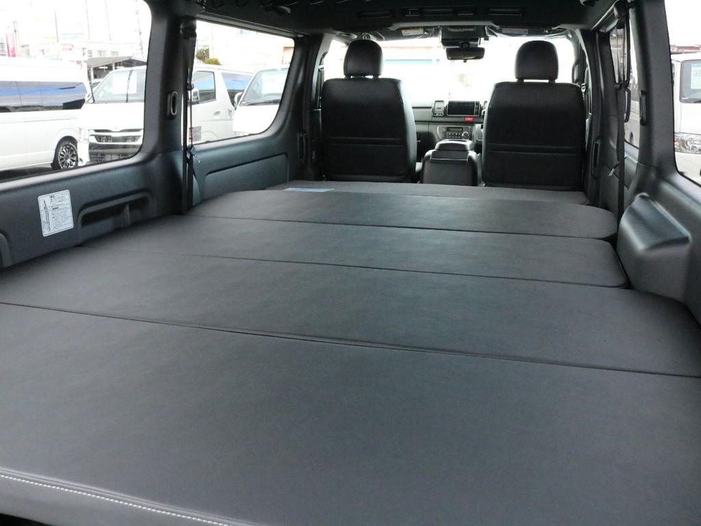 ベッドキットは凹凸が少なく比較的柔らかいフラットタイプを採用しました! 旅行やアウトドアにおける車中泊にも対応した一台です。