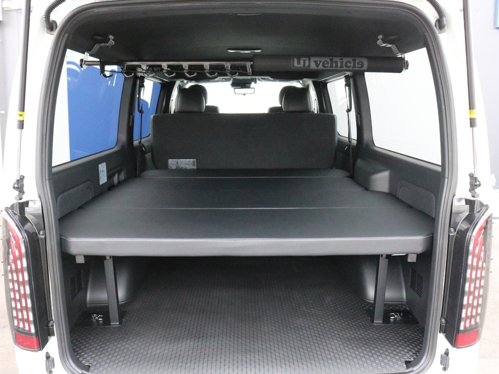荷室スペースにはベッドキットが設置されています。ベッドパネルは簡単に取り外しが可能なので、ラゲッジスペースが必要な場合にも安心です。