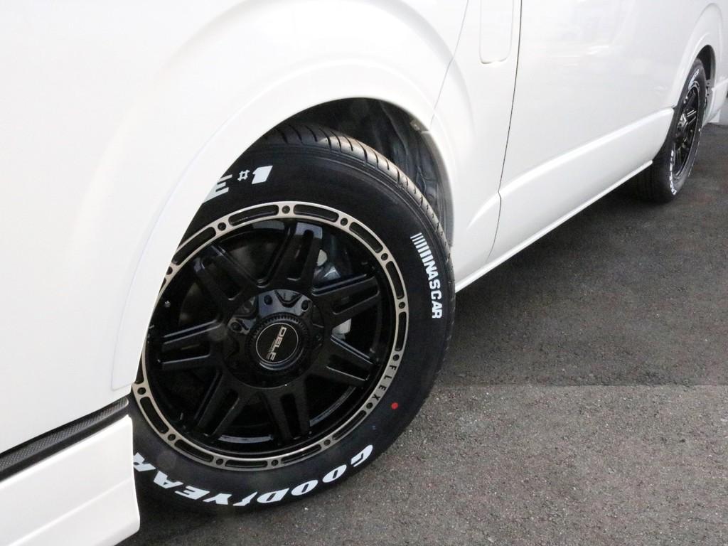足元には新作アルミのDELF04 17インチを装備! タイヤはナスカーホワイトレタータイヤを合わせています! 視覚的なローダウン効果が期待できるオーバーフェンダーも同色塗装済みのものを装備!