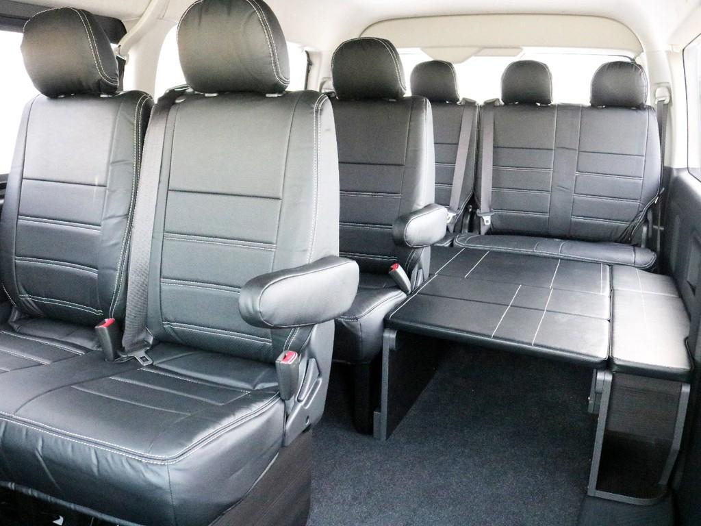 後部座席全体を写した状態です。全席にレザー調シートカバーを装着しています♪