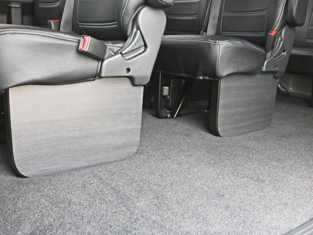 インテリアフットパネルを装着した状態です。シート下部のパイプが隠れることによって車内に高級感が漂います。