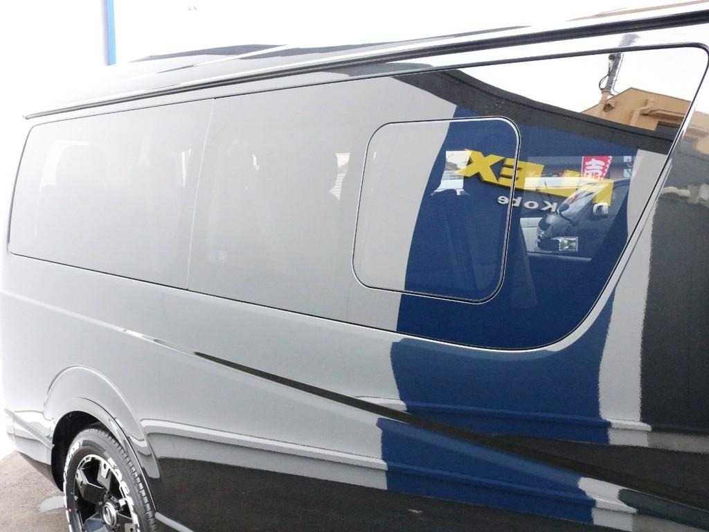 側面窓にはスライド開閉式の小窓が付いています。走行中のこまめな換気などにも役立ちます。