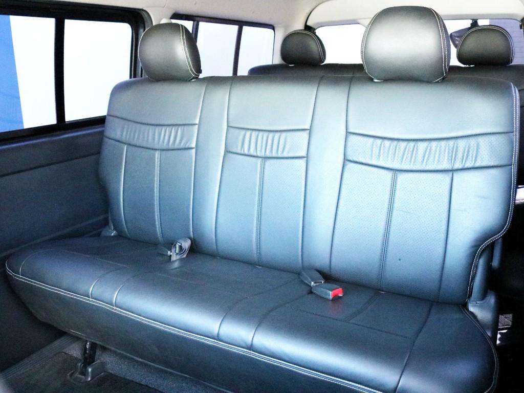2列目シートにもシートカバーが設置されています。ヘッドレストを外して後方へ倒すことによって、フルフラットモードやリクライニングモードに使う事が可能です。