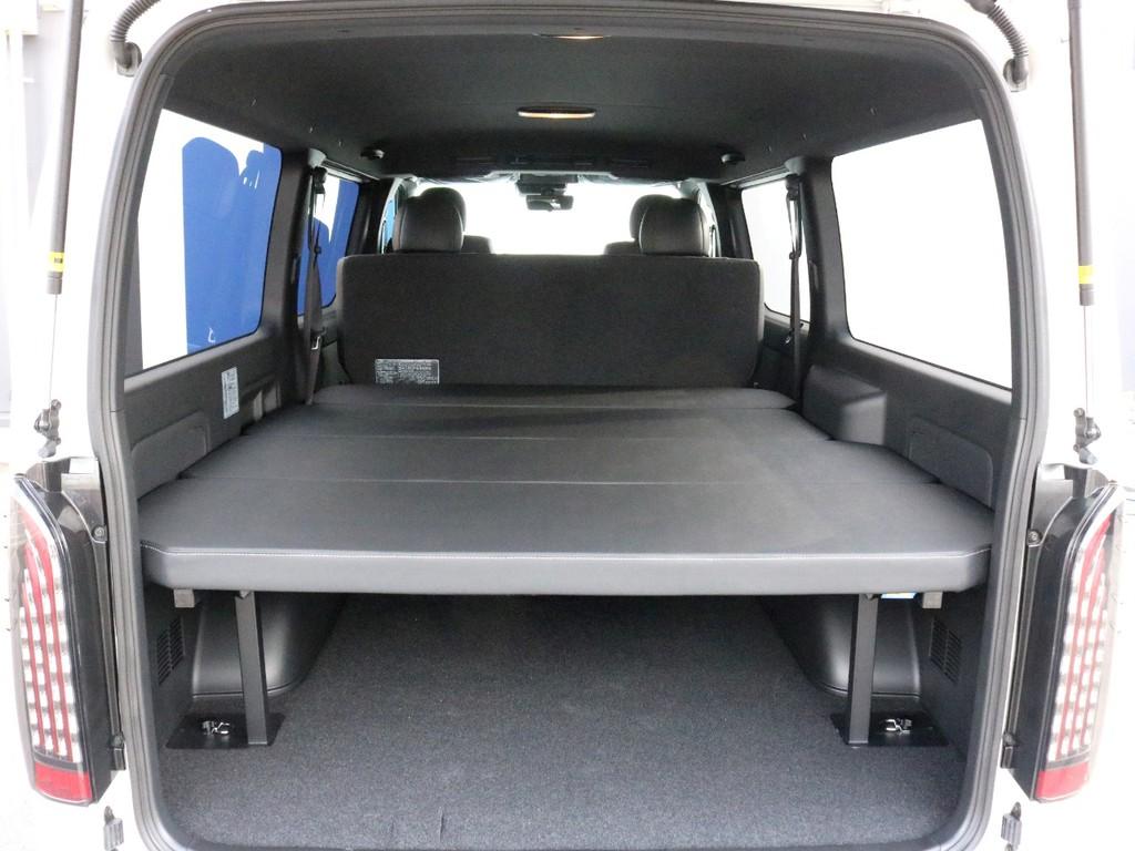 荷室スペースには大人気のフラットタイプベッドキットが装着されています。車中泊をする際のベッドとしては勿論、荷台としてもご活用頂けます。