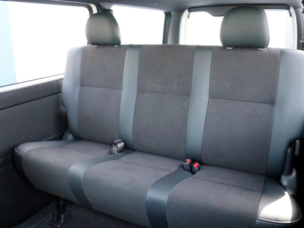 2列目シートも勿論ハーフレザーシートです! 3点式シートベルトなのでチャイルドシートの設置も可能です。