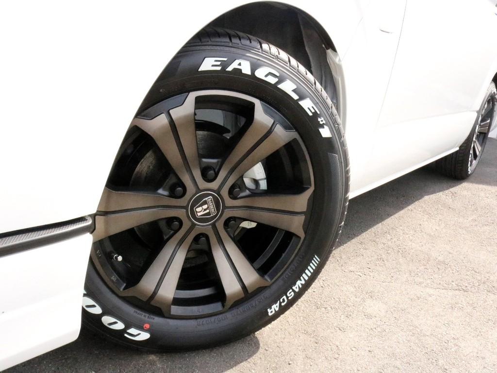 足元には高級感漂うバルベロ グランデ17インチホイールを装着! タイヤは人気のナスカーホワイトレタータイヤを合わせています。