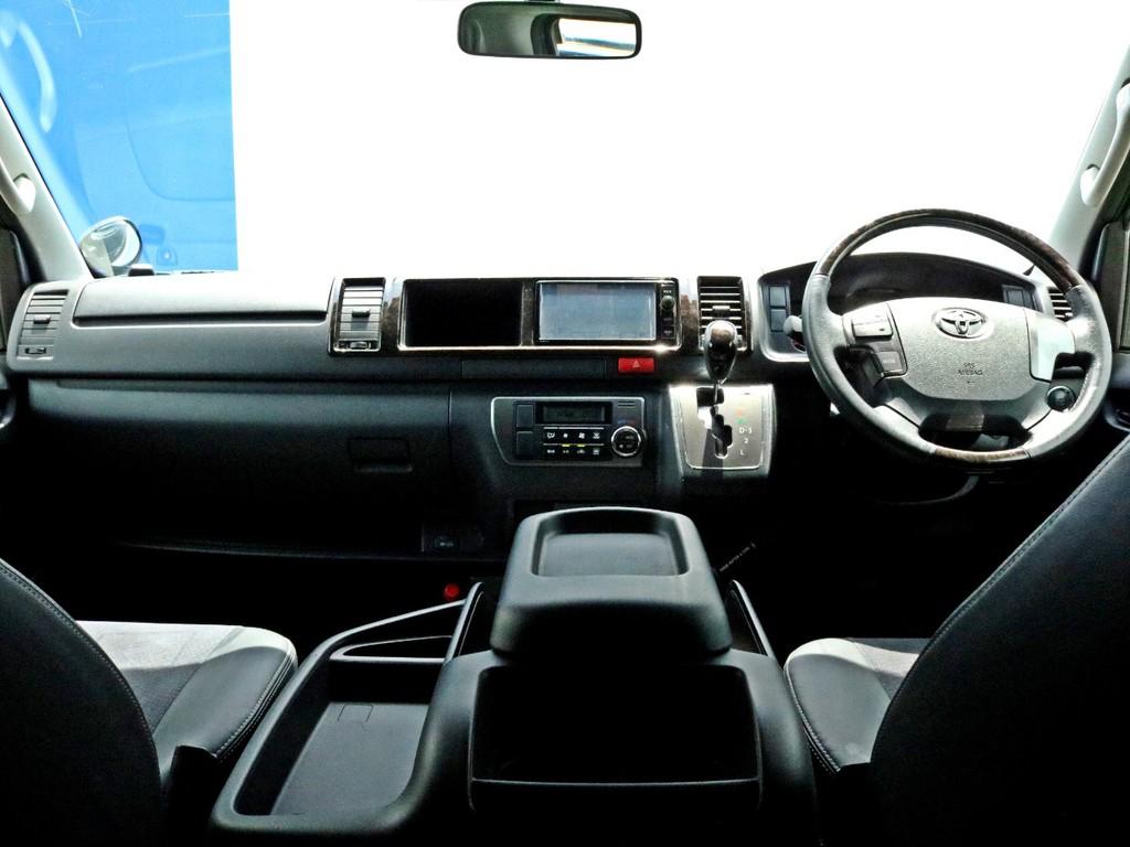 人気の4型ブラックマイカに多数のカスタム! LEDヘッドライト等の専用装備に加え、新車時メーカーオプションのAC100V電源も完備! 外装は、FLEXアイテムを中心にカスタムコンプリート!